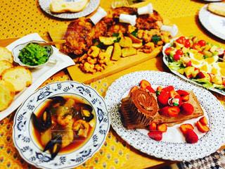 テーブルの上に食べ物のプレートの写真・画像素材[787900]