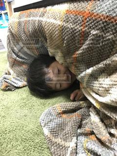 ベッドの上で横になっている男の子の写真・画像素材[1760071]
