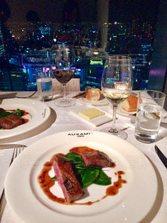 食品とテーブルの上にワインのグラスのプレートの写真・画像素材[778721]