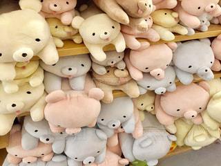 茶色と白の人形のグループの写真・画像素材[779296]
