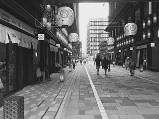 歩道の白と黒の時計の写真・画像素材[820695]