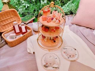 テーブルの上に座っているいくつかのケーキ プレートの写真・画像素材[1882946]