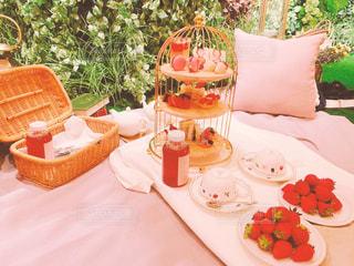 皿に食べ物の皿をトッピングしたテーブルの写真・画像素材[3151044]