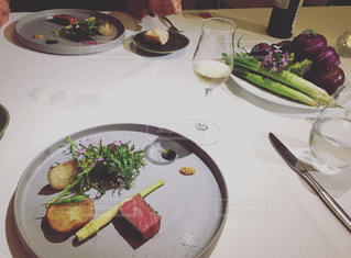 テーブルの上に食べ物のプレートの写真・画像素材[705155]