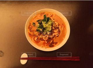 テーブルの上に食べ物のボウルの写真・画像素材[705160]