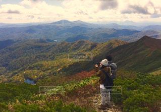 山の前に立っている男の写真・画像素材[766871]