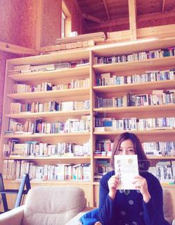 本の棚を持っている人 - No.766880