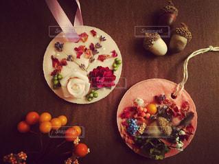 テーブルの上に食べ物のプレートの写真・画像素材[934164]