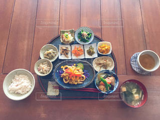 木製のテーブルの上に食べ物のプレートの写真・画像素材[1053720]