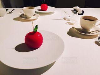 近くのテーブルの上の皿の写真・画像素材[1464850]