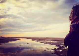 日没の前に立っている人の写真・画像素材[1568054]