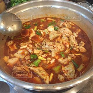 金属鍋のスープのボウルは食べ物でいっぱいの写真・画像素材[808144]