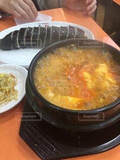 テーブルにあるスープのボウルの写真・画像素材[808149]