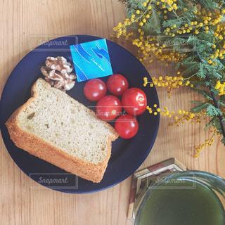 木製のテーブルの上に食べ物のプレートの写真・画像素材[1148435]