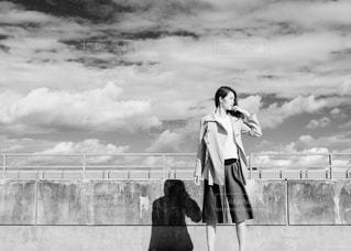 曇り空の前に立っている人の写真・画像素材[814215]
