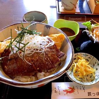テーブルの上に食べ物のボウルの写真・画像素材[705911]