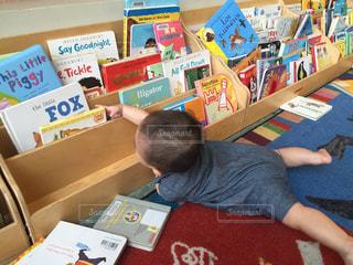 子ども,本,読書,子供,図書館,赤ちゃん,男の子,子育て,育児,読書の秋