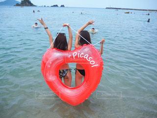 海,ピース,ビキニ,浮き輪,夏の思い出,ジェスチャー