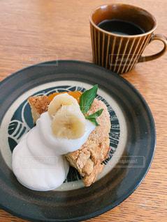 食べ物の皿とコーヒー1杯の写真・画像素材[3262893]