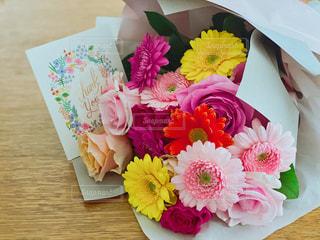 花束とメッセージカードの写真・画像素材[3272955]