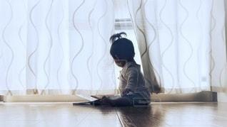 カーテンをめくる赤ちゃんの写真・画像素材[3347454]
