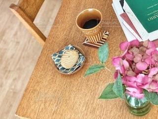 木製のテーブルの上にコーヒーとクッキーの写真・画像素材[3356916]