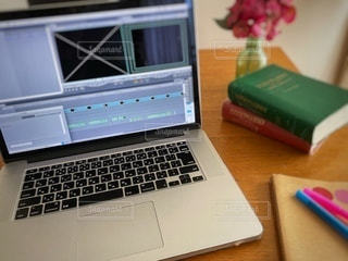 木製のテーブルの上にノートパソコンの写真・画像素材[3356917]