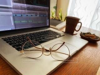 ノートパソコンと眼鏡の写真・画像素材[3356990]