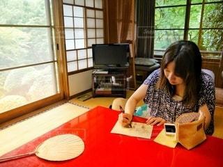 和室で手紙を書く女性の写真・画像素材[3356999]