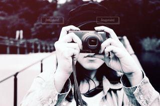 カメラを構える女性のアップの写真・画像素材[3461073]