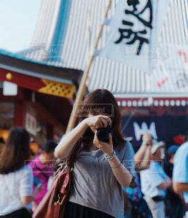 カメラを構える女性の写真・画像素材[3461074]