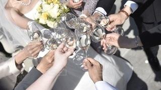 ワイングラスで乾杯する男女の写真・画像素材[3461270]