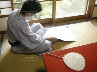 畳の上で新聞を読む男性の後ろ姿の写真・画像素材[3552101]