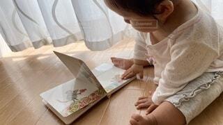 絵本を読む赤ちゃんの写真・画像素材[3698727]