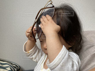眼鏡で悪戯する赤ちゃんの写真・画像素材[3759829]