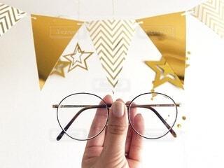 眼鏡を持つ手の写真・画像素材[3760089]