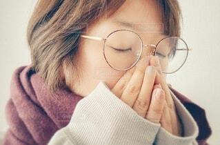 眼鏡をかけている人のクローズアップの写真・画像素材[3760087]