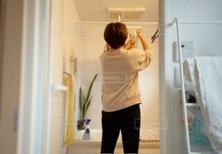 浴室に洗濯物を干す人の後ろ姿の写真・画像素材[3762684]