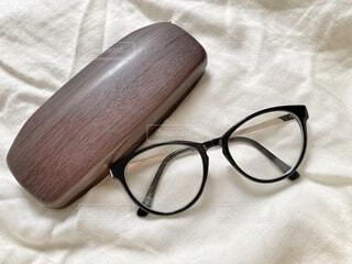 木製の眼鏡入れと黒縁眼鏡の写真・画像素材[3762708]