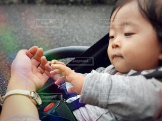 腕時計が気になる赤ちゃんの写真・画像素材[3791641]