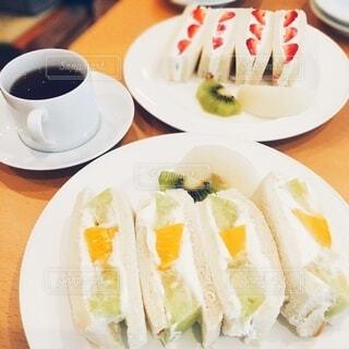 フレッシュフルーツのサンドイッチの写真・画像素材[3824073]