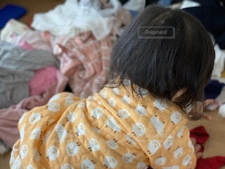 洋服を散らかす赤ちゃんの写真・画像素材[3835385]