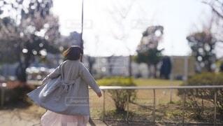 軽やかな女性の後ろ姿の写真・画像素材[3841959]