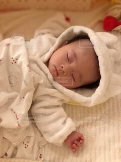 ふわふわのベビー服を着て眠る赤ちゃんの写真・画像素材[3846730]