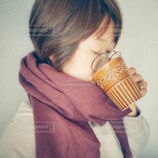 マグカップで飲み物を飲む女性の写真・画像素材[3852698]