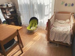 赤ちゃんと生活するリビングの写真・画像素材[3900647]