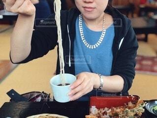 蕎麦を食べる女性の写真・画像素材[3916663]