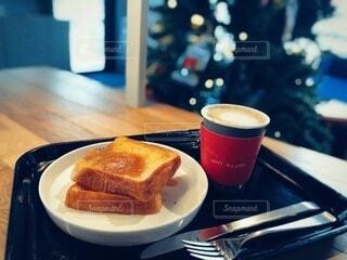 クリスマスツリーのあるカフェでフレンチトーストの写真・画像素材[3916674]