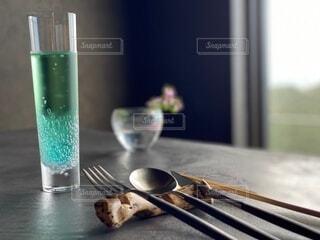 お洒落な食器とドリンクの写真・画像素材[3916675]
