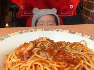 レストランで眠る赤ちゃんの写真・画像素材[3916679]